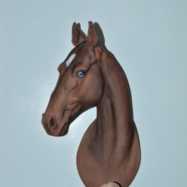 Барельеф ахалтекинской лошади с голубым глазом