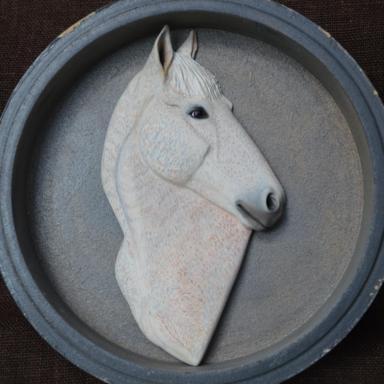 Барельеф полукровного коня светло-серой в гречку масти
