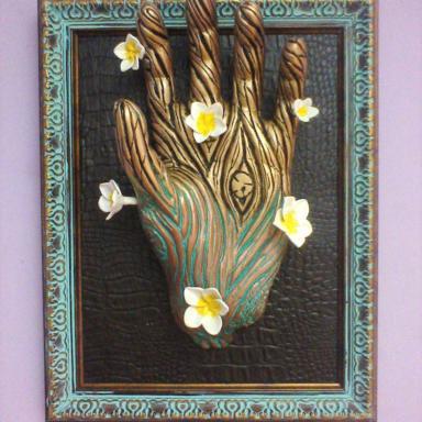Скульптура Руки с цветами плюмерии