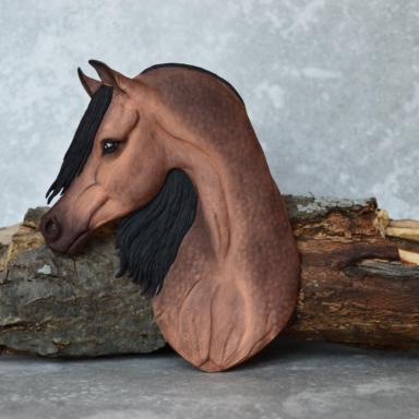 Арабская лошадь буланой с зональным потемнением масти